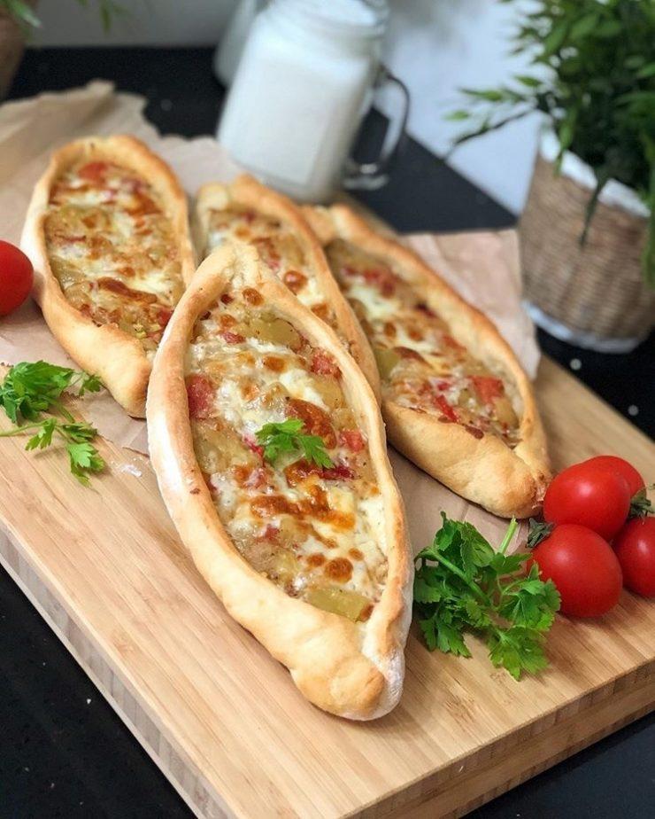 Patlıcanlı peynirli pide