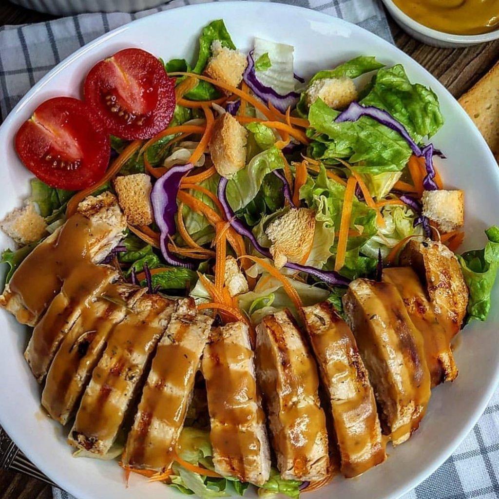 Taze Yeşillik Eşliğinde Ballı Tavuk Salatası